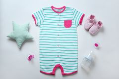 Babykleidung und -notwendigkeiten stockbilder