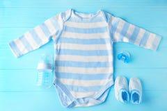 Babykleidung und -notwendigkeiten lizenzfreie stockbilder