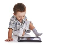 Babykleinkind, das einer digitalen Tablette glücklich betrachtet Stockfotos