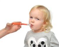 Babykleinkindkind nehmen ein medizinisches suspensionan mündlichibuprofen Stockfoto