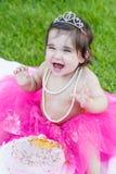 Babykleinkindmädchen in der ersten Geburtstagsgeburtstagsparty stockfotografie