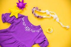 Babykleren en noodzaak op lichte achtergrond stock fotografie