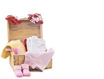 Babykleren op houten doos stock afbeeldingen