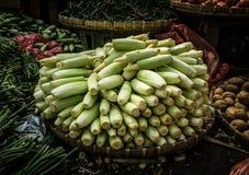 Babymais gestapelt auf Bambusgewebtes material in der mittleren verschiedenen Art des Gemüses Foto eingelassenes Bogor traditione stockfotos
