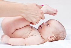 Babymassage. Lizenzfreie Stockfotos