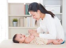Babymassage. Stock Foto