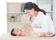Babymassage. Stockfoto