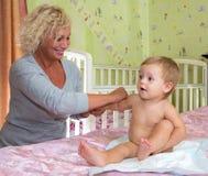 Babymassage thuis Royalty-vrije Stock Foto