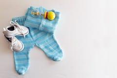 Babymaterial ist auf einem weißen Hintergrund Sachen für kleinen Jungen, ratt lizenzfreies stockbild