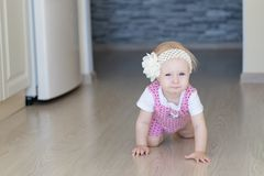 Babymeisje dat langs open passage binnenshuis kruipt royalty-vrije stock fotografie