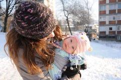 Babymeisje in de winterdag Stock Foto
