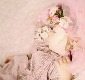 Babymeisje die in bloemen en kant dromen Royalty-vrije Stock Fotografie