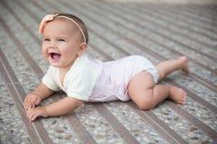 Babymeisje die buiten kruipen Stock Fotografie