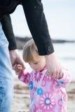 Babymeisje die de handen van haar vader houden royalty-vrije stock foto's