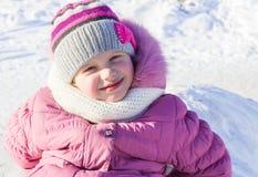 Babymeisje die in de winter op de straat lopen royalty-vrije stock afbeelding