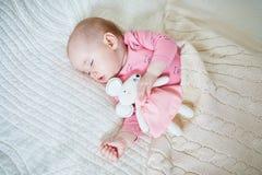 Babymeisje die een dutje met muisstuk speelgoed hebben royalty-vrije stock foto