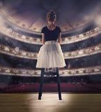 Babymeisje die een het dansen ballet op het stadium dromen Kinderjarenconcept Royalty-vrije Stock Afbeeldingen