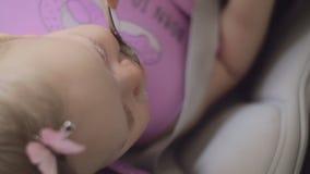 Babymeisje die ontbijt met graangewas hebben stock footage