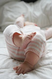 Babymeisje die op bed leggen Royalty-vrije Stock Afbeelding