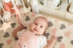 Babymeisje die op de veranderende lijst liggen stock fotografie