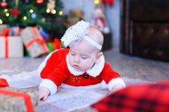 Babymeisje die op plaid in de studio van het Nieuwjaar liggen Stock Afbeelding