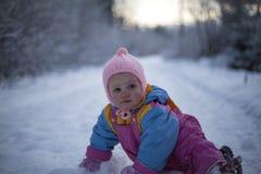 Babymeisje die in Sneeuw kruipen stock fotografie