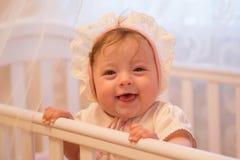 Babymeisje die zich in haar voederbak bevinden royalty-vrije stock foto