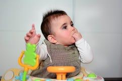 Babymeisje in een leurder Stock Foto