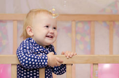 Babymeisje en zeepbels Stock Foto's
