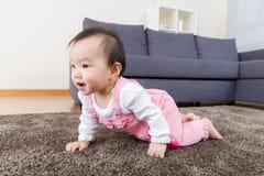 Babymeisje het kruipen stock foto's