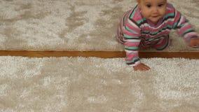 Babymeisje het kruipen stock footage