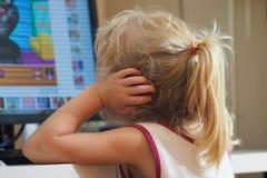 Babymeisje het letten op beeldverhalen stock foto