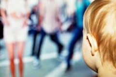 Babymeisje het letten op Televisie royalty-vrije stock fotografie