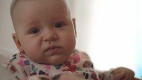 Babymeisje het niezen stock video