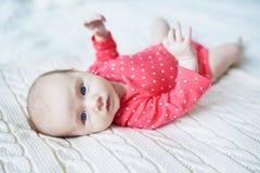 Babymeisje het ontspannen in slaapkamer Royalty-vrije Stock Foto's