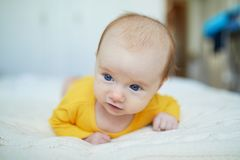 Babymeisje het ontspannen in slaapkamer Royalty-vrije Stock Fotografie