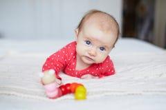 Babymeisje het ontspannen in slaapkamer Stock Afbeelding