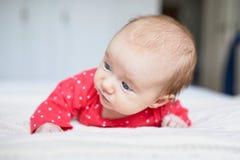 Babymeisje het ontspannen in slaapkamer Stock Fotografie