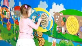 Babymeisje het spelen in de speelplaats Onderwijsspelen voor kinderen stock footage