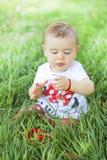 Babymeisje het spelen in het gras Stock Foto