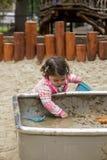 Babymeisje het spelen met modder Stock Foto