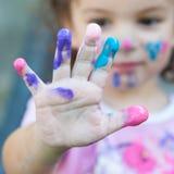 Babymeisje het spelen met verven Royalty-vrije Stock Afbeeldingen