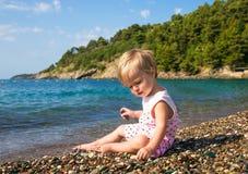 Babymeisje 1 jaar 3 maanden op overzees strand Stock Foto