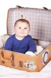Babymeisje in koffer Stock Foto