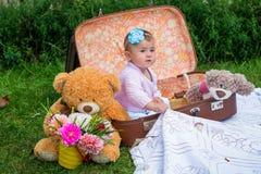 Babymeisje in koffer royalty-vrije stock afbeeldingen