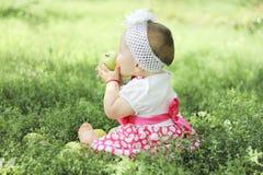 Babymeisje met appelen in de tuin Royalty-vrije Stock Foto