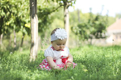 Babymeisje met appelen in de tuin Stock Fotografie