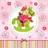 Babymeisje met beer op paard Stock Afbeelding