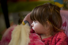 Babymeisje met blonde haarzitting op schommeling Stock Afbeelding