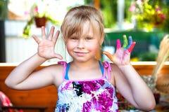 Babymeisje met gekleurde tenen Stock Foto
